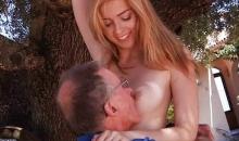 blondinka-soblaznila-starogo
