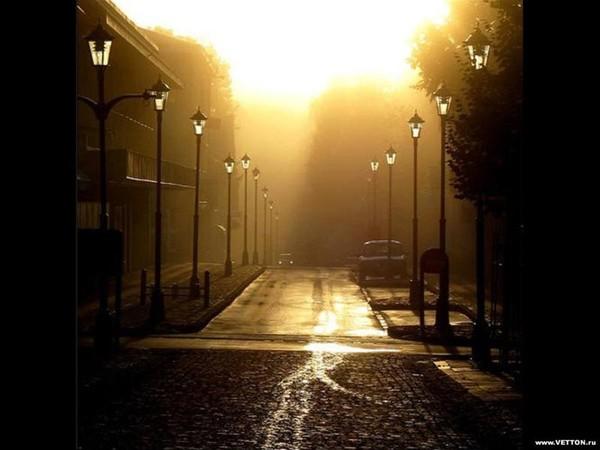 Почему то небо хмурится ты идешь одна по улице