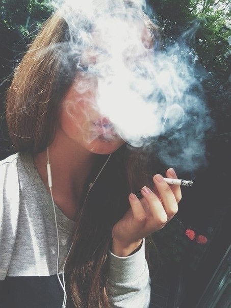 Фото девушки с сигаретой и дымом на аву без лица
