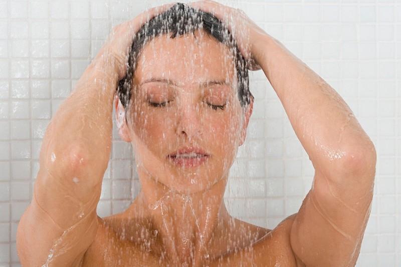 Мамка принимает душ и показывает вагину  537236