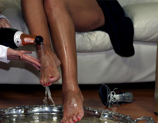 вылизывать ноги девушкам-мю1