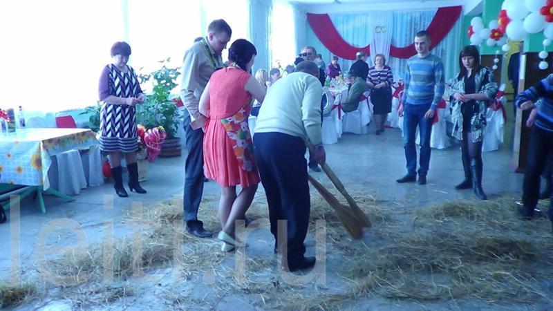 Конкурс с мусором на свадьбе