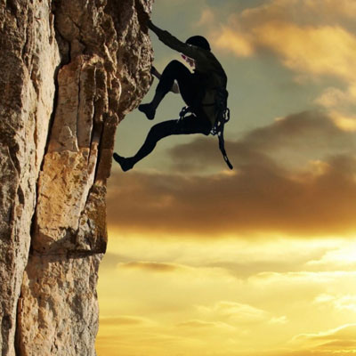 альпинист на вершине картинки