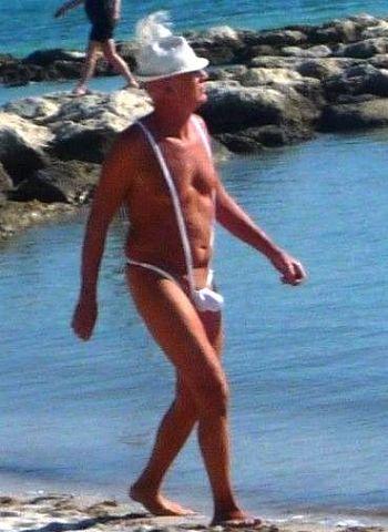 Секси старичок в модных плавках (2 фото) .
