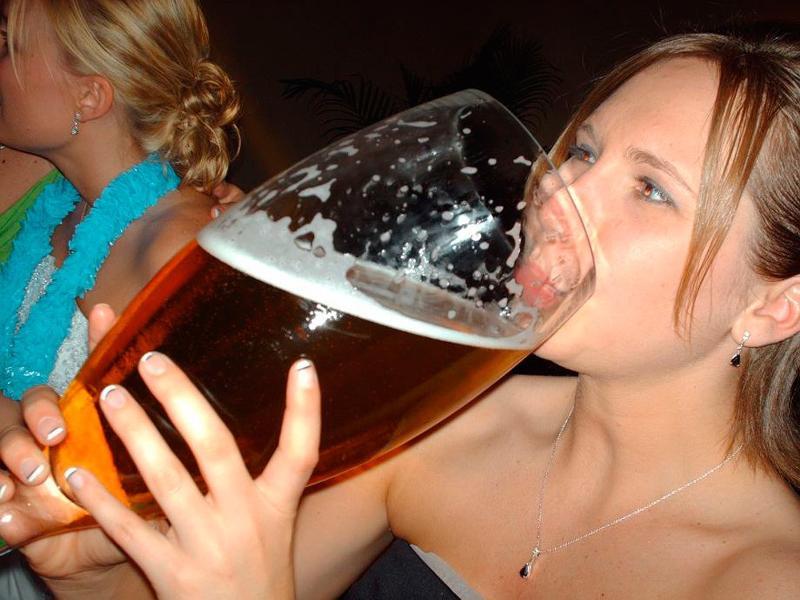 Пихает в вагину бутылочку пива и отсасывает  288596