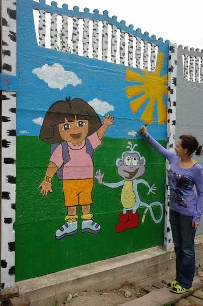 Детские рисунки на заборе