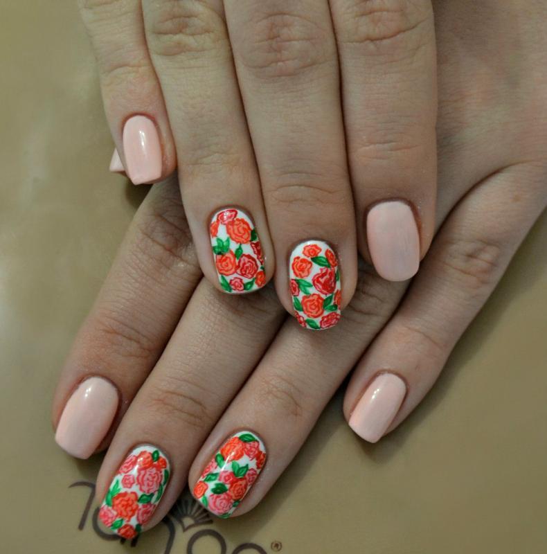 Маникюр с рисунком цветов на безымянном пальце