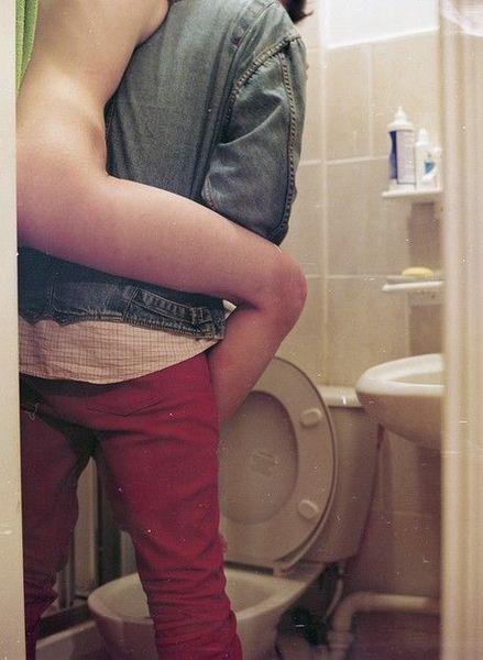 Пикатная групповуха в туалетной кабинке