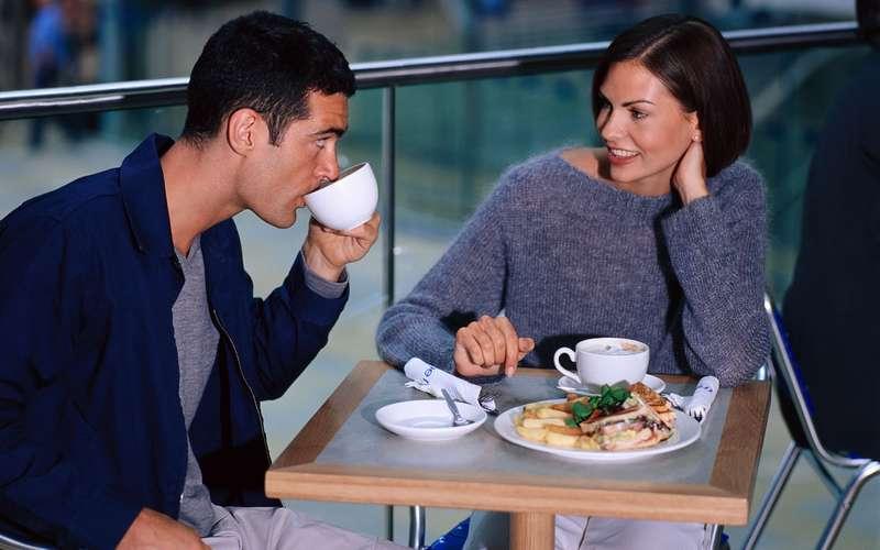 Кофе в руке у девушки фото