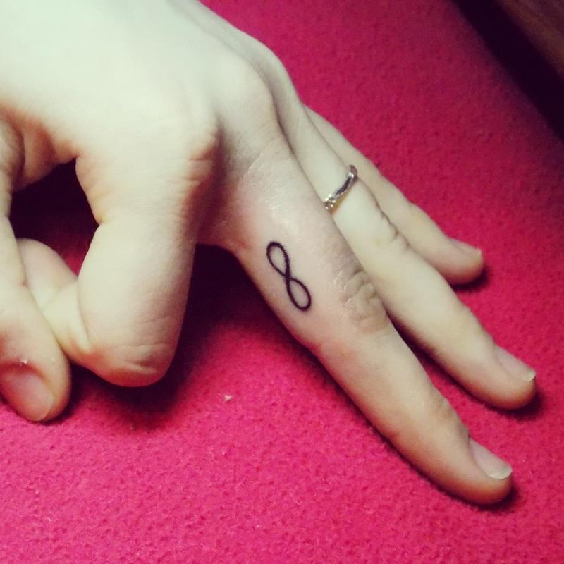 Тату на пальце руки для девушек символы и их значения
