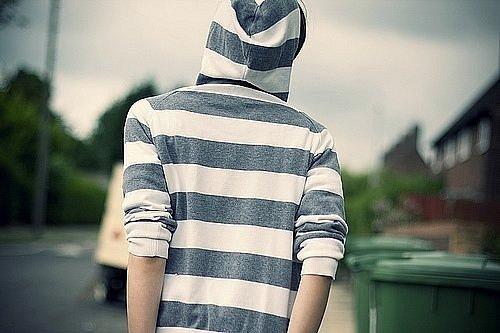 Фото на аву парень в капюшоне со спины