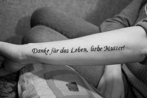 Фото тату надпись на руке любви достойна только мама