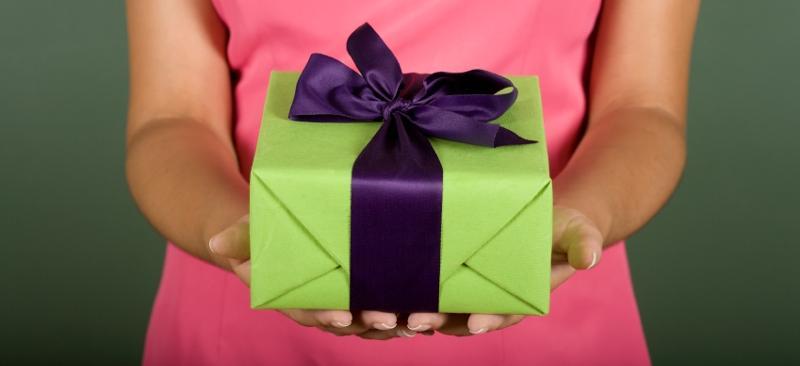 Стоит ли дарить подарок если не позвали на др