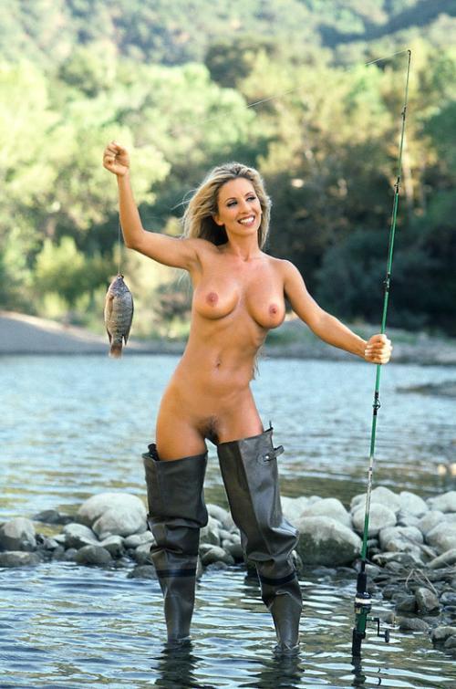 голые девушки рыбачки видео