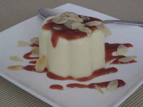 Десерт из сливок с желатином и фруктов