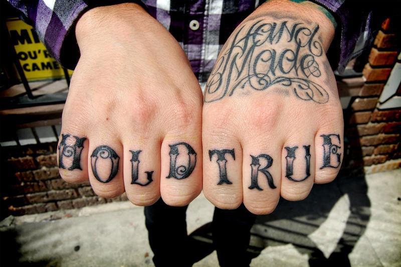 Надписи тату на пальце