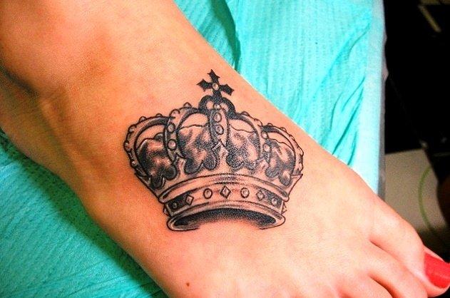 Тату на ноге корона
