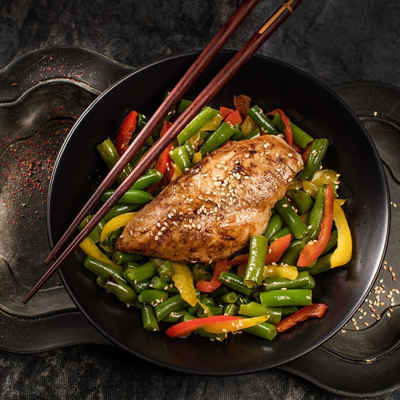 Теплый салат с куриной грудкой стручковой фасолью