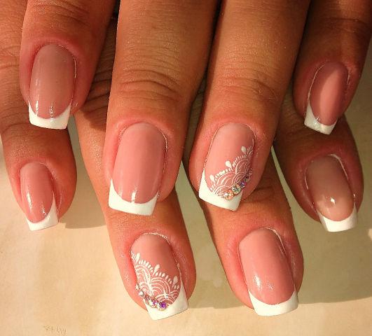 Квадратный белый френч на ногтях