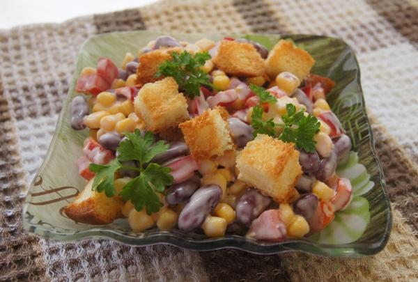 Салат с фасолью и сухариками кукурузы и колбасой рецепт