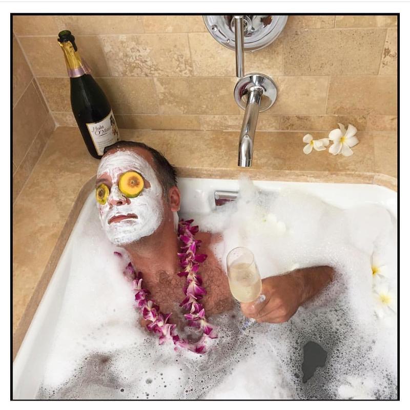 Девушка принимает ванну, попивая шампанское  258300