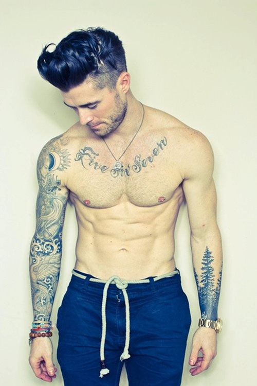 Парень с татуировкой дерева на руке