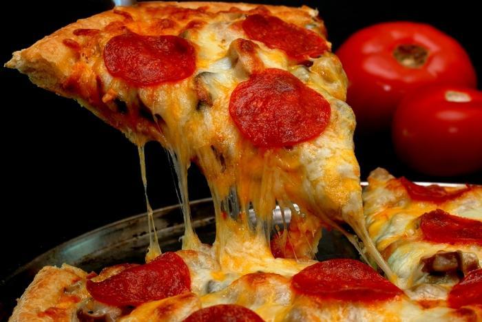 Пицца колбасой грибами