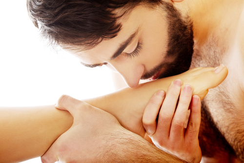 мужик целует женщине ноги-сй3