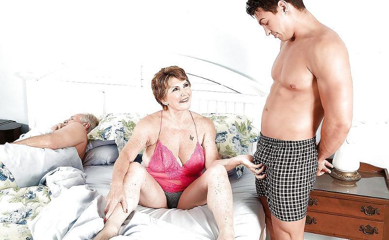 изменяет молодым с жена зрелая
