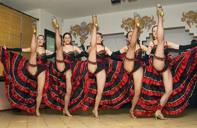 Броские бабы танцуют в трусиках и без них  570115