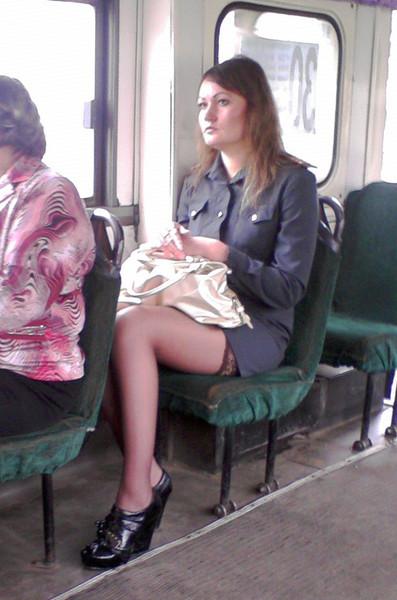 Под юбкой чулки в транспорте