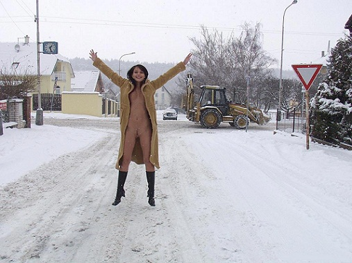 goliy-muzhik-na-ulitse-zimoy