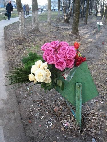 Фото цветы букета на мусорке