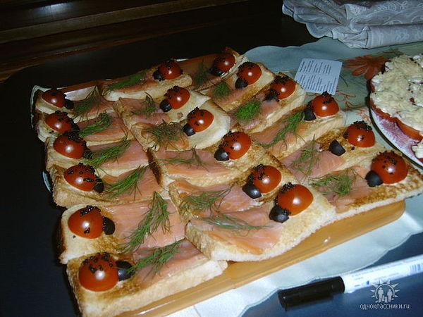 Бутерброды на праздничном столе фото