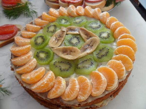 Украсить торт бананами и мандаринами