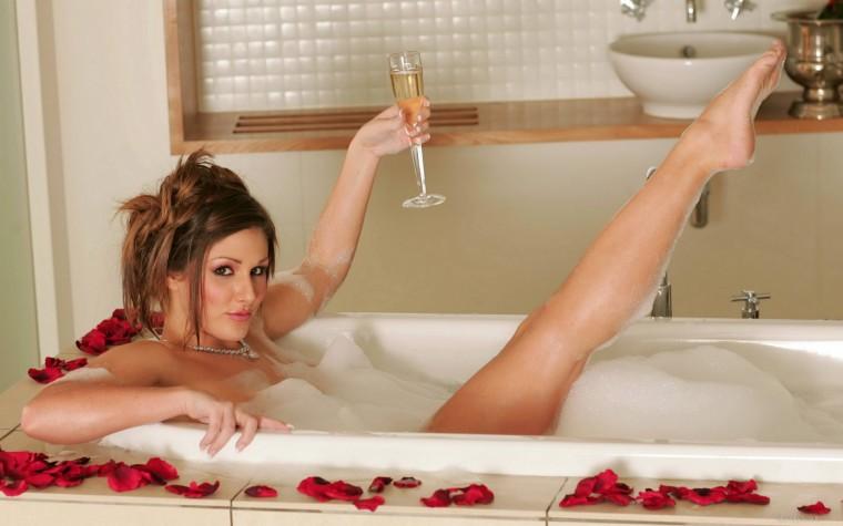 Красотки моются в ванной
