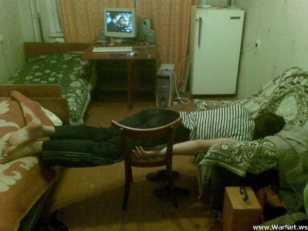 Сексуальная студентка раздевается в комнате общежития  178176
