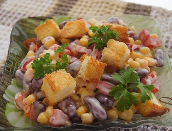 Салат из фасоли с кукурузой и сухариками и ветчиной рецепт