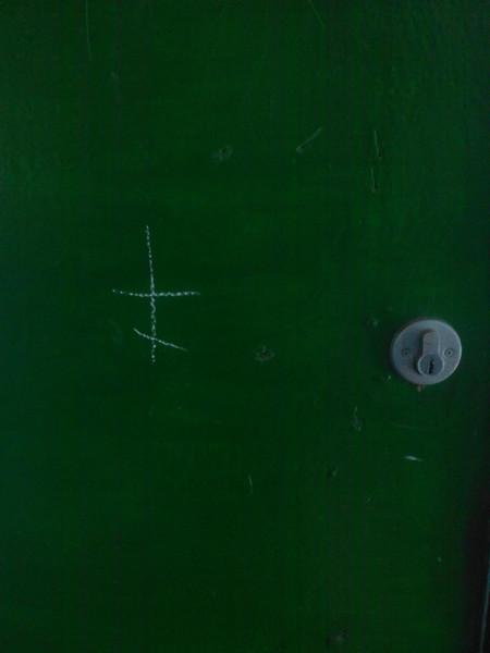 Когда мелом рисуют на двери крест