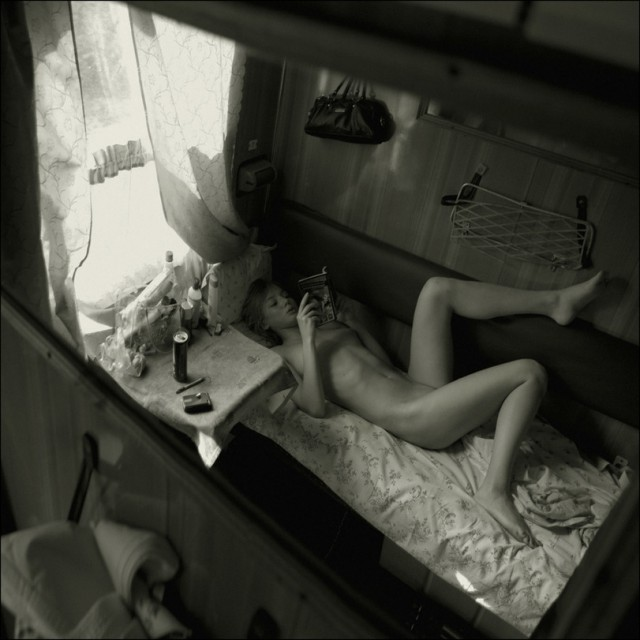 Подглядывает в вагоне