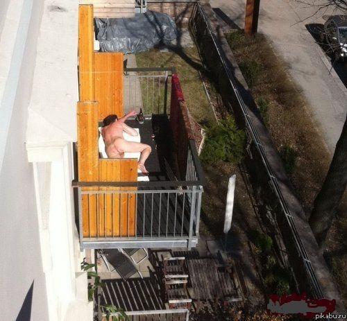 golaya-kurit-na-balkone