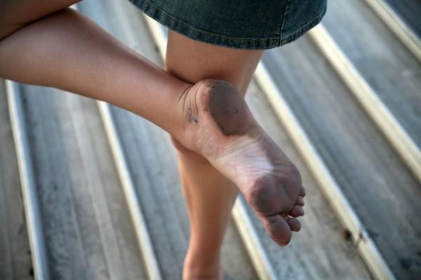 kak-tseluyut-gryaznie-nogi