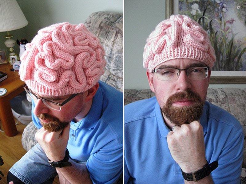 Бабушка связала шапку