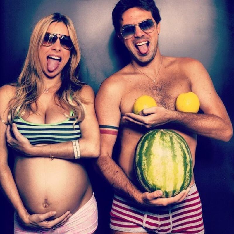 Беременная девушка и парень с арбузом 28