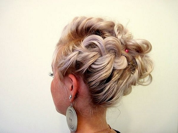 Прически с элементами плетения на короткие волосы