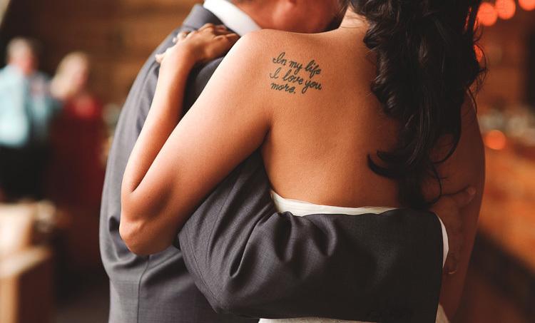 Тату надпись у девушки на спине