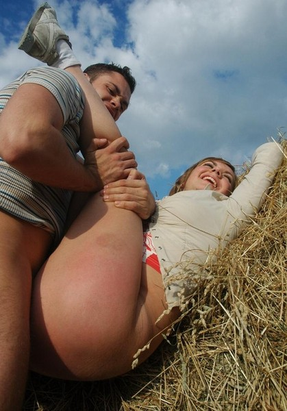Секс на сеновале трахнул бабу
