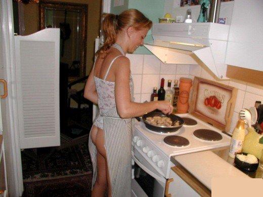 Домашние женщины в голом убираются дома порно24