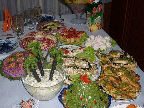 Фото новогоднего стола с салатами