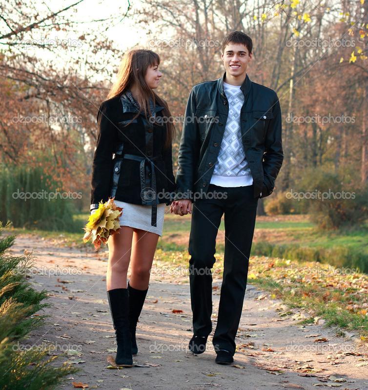 Фото как парень с девушкой гуляют